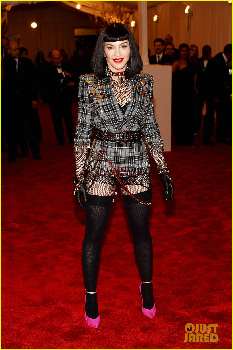 madonna-short-black-bob-hairdo-on-met-ball-2013-red-carpet-01