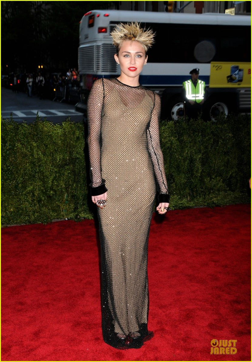 miley-cyrus-met-ball-2013-red-carpet-03